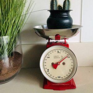 retro keukenweegschaal rood