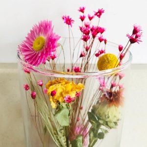 droogbloemen in glas roze groen geel