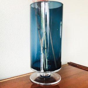 glazen vaas op voet blauw