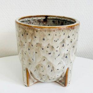 bloempotje met pootjes keramiek glazuur beige