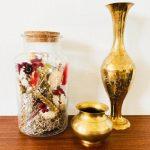 droogbloemen goud in glas glazen pot met kurk